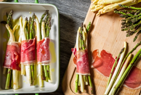Preparation baked asparagus with prosciutto
