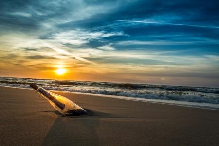 corcho: Mensaje en una botella en una orilla del mar