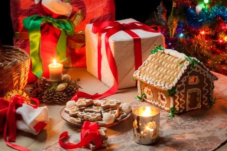 galletas de navidad: Vista de la mesa de Navidad con regalos y un ?rbol de Navidad Foto de archivo