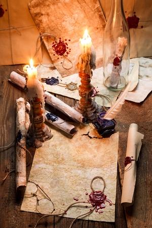scribes: Vecchie pergamene e candele sono sul posto di lavoro del vecchio scriba
