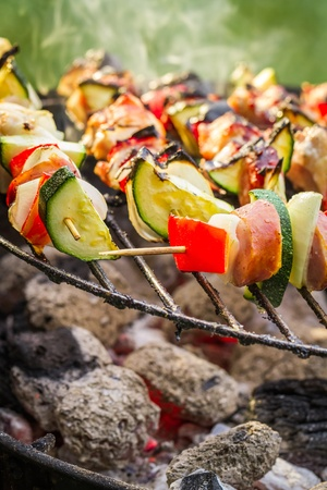 Pinchos calientes a la parrilla con fuego photo