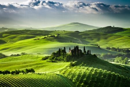 Sonnenaufgang über Bauernhof von Olivenhainen und Weinbergen in der Toskana