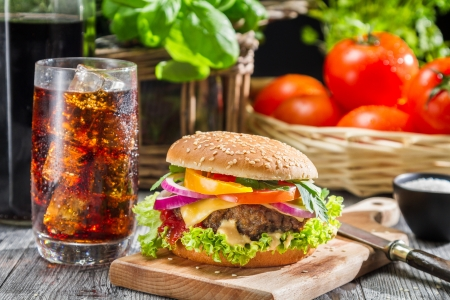 carne de pollo: Hamburguesa hecha en casa y una Coca-Cola con hielo