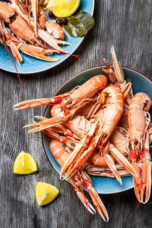 fine fish: Freshly cooked scampi served with lemon