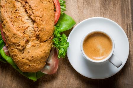エスプレッソと朝食にハムのパン