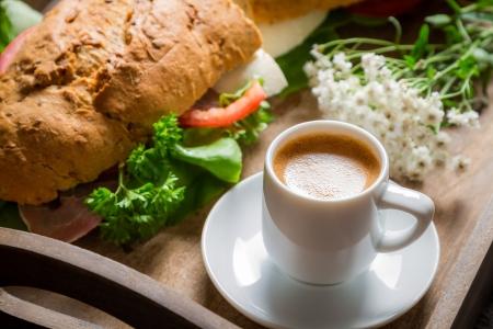 Ontbijt met espresso en sandwich