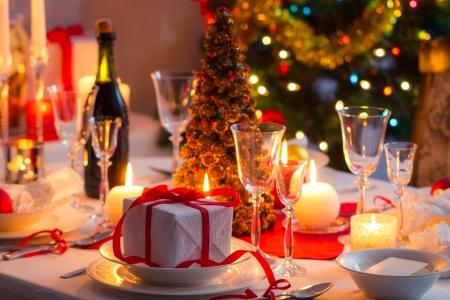 Traditionelle Geschirr auf dem Weihnachtstisch