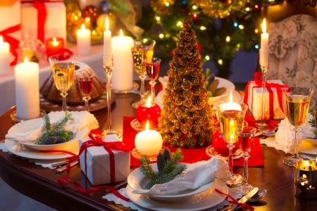 Traditionell dekoriert Weihnachten Tisch