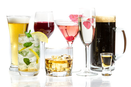 hombre tomando cerveza: Los diferentes tipos de alcohol sobre un fondo blanco