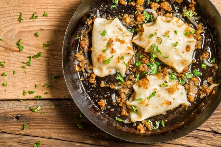close up food: Zelfgemaakte dumplings gebakken met ui en peterselie
