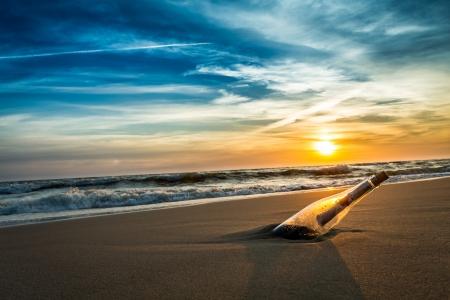 海海岸のボトルのメッセージ 写真素材