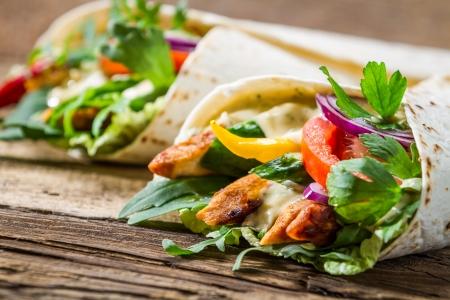 viandes et substituts: Kebab dans une cr�pe avec des l�gumes