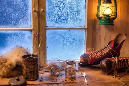 fenetres: Pr�paration pour le th� sur un jour froid en hiver Banque d'images