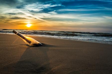 Wiadomość w butelce na brzegu morza