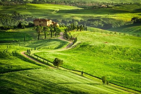 agriturismo: Sunset over farmhouse in Tuscany located on a hill Stock Photo