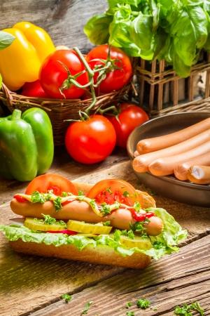 新鮮な野菜と自家製ホットドッグ