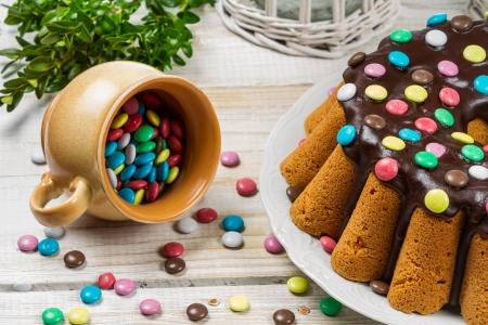 Närbild av traditionell påsk tårta med godis