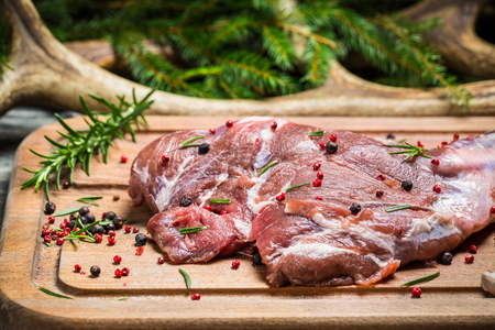 carnes rojas: Pedazo fresco de carne roja listo para hornear