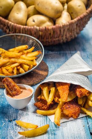 fish and chips: Chips de poisson servis dans le journal