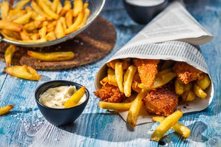 comida chatarra: Virutas de pescado caseras y salsa