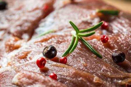 carne roja: Primer plano de la carne roja con hierbas y especias Foto de archivo