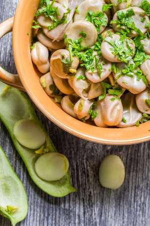 broad leaf: Broad beans with parsley and garlic