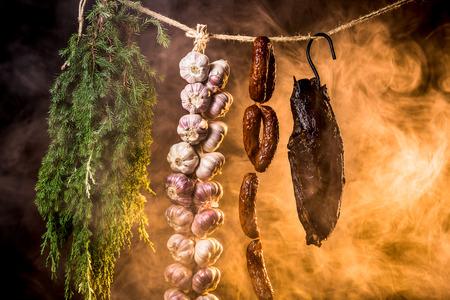 viandes et substituts: Jambon, saucisse et l'ail dans un fumoir maison