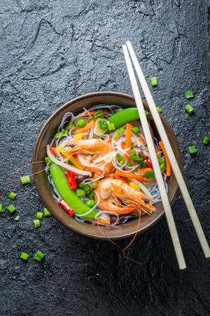 alimentos y bebidas: Mezcla de verduras y fideos de arroz chino Foto de archivo