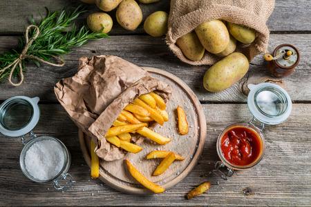 Zelfgemaakte frietjes geserveerd in papieren Stockfoto