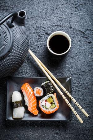 comida japonesa: Sushi fresco servido en una cerámica negro