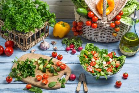 ヘルシーな野菜サラダを準備します。 写真素材