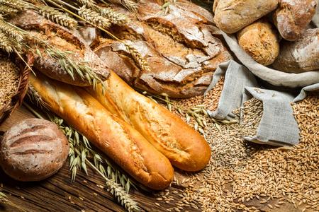 bolsa de pan: Varios tipos de pan en una despensa de panadero