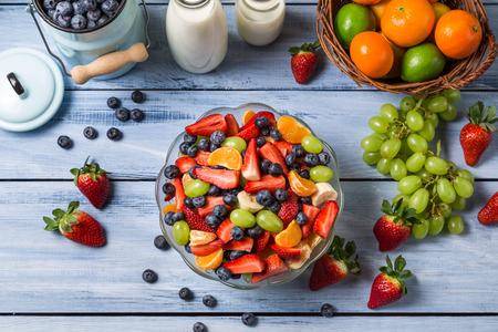 Preparando uma salada de frutas primavera saud