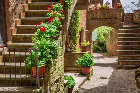 トスカーナの花柄ポーチの古い町