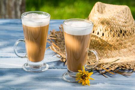 tomando refresco: Sabroso caf� servido en el jard�n