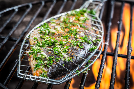 Gegrilde vis met kruiden op het vuur Stockfoto