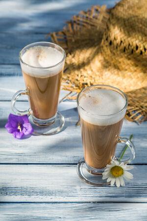 tomando refresco: Caf� servido en el jard�n soleado Foto de archivo