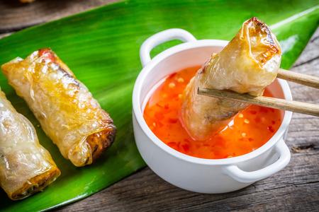 Gefrituurde loempia's geserveerd met zoetzure saus