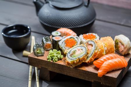 comida japonesa: Primer plano de sushi fresco en la tabla de madera
