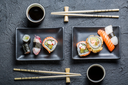 comida: Sushi para dos servido en piedra negro Foto de archivo