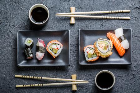 Sushi voor twee geserveerd op een zwarte steen Stockfoto