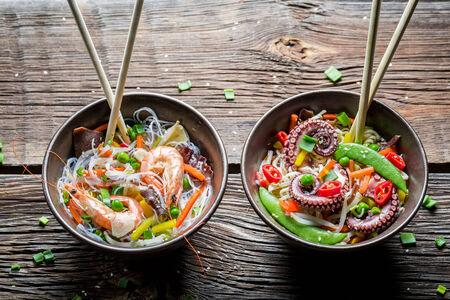 alimentos y bebidas: Dos platos con verduras y mariscos