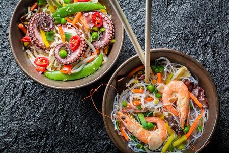 Fideos chinos con verduras y mariscos