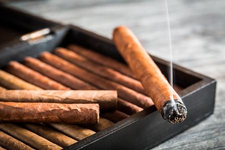 Rök stiger från en brinnande cigarr