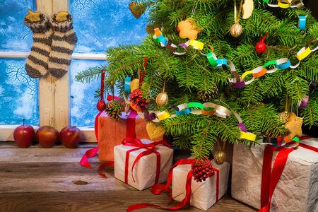 velas de navidad: Noche Frosty en una casa de campo caliente en Navidad