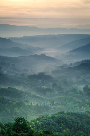 san quirico d'orcia: Morning fog over the valley in Tuscany