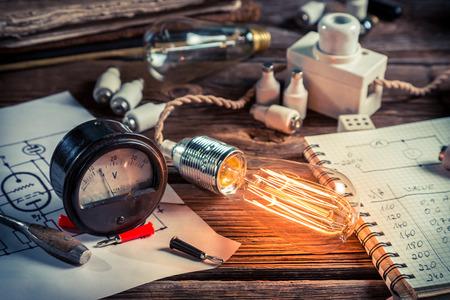 物理学実験における電流と電球の検討 写真素材