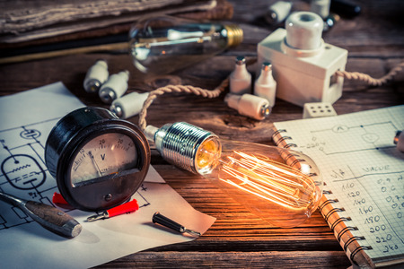 Examination of current and light bulbs in physics laboratory Zdjęcie Seryjne - 33952069