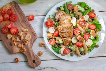 ensalada cesar: Ensalada con pollo y verduras Foto de archivo