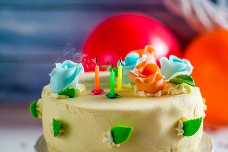 誕生日ケーキのろうそくを吹き飛ばさ 写真素材 - 35593627